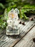 Παιχνίδι χιονανθρώπων στο αγροτικό ξύλινο υπόβαθρο νέο έτος Χριστουγέννων ε&omicron Στοκ Εικόνες