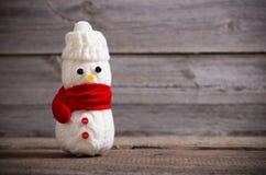 Παιχνίδι χιονανθρώπων στο ξύλινο υπόβαθρο Στοκ Φωτογραφίες