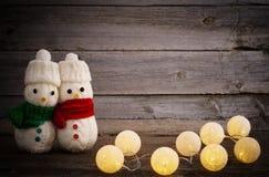 Παιχνίδι χιονανθρώπων στο ξύλινο υπόβαθρο Στοκ Φωτογραφία