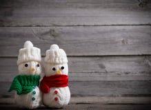Παιχνίδι χιονανθρώπων στο ξύλινο υπόβαθρο Στοκ Εικόνες
