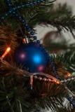 Παιχνίδι Χριστουγέννων στο δέντρο στοκ εικόνες