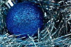 Παιχνίδι χριστουγεννιάτικων δέντρων και μπλε και άσπρη tinsel μακροεντολή Στοκ εικόνα με δικαίωμα ελεύθερης χρήσης