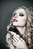 Παιχνίδι Catwoman με ένα μαύρο ποντίκι Θορυβώδης εικόνα Η σύσταση σιταριού προστίθεται Στοκ Εικόνες