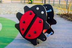 Παιχνίδι Ladybug στην παιδική χαρά στοκ φωτογραφία
