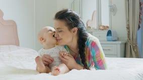 Παιχνίδι Mom και αγοράκι στην κρεβατοκάμαρα το πρωί απόθεμα βίντεο