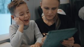Παιχνίδι Mom και γιων στο μαξιλάρι στο τραίνο φιλμ μικρού μήκους