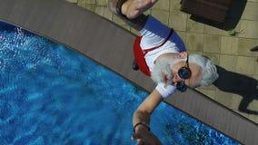 Παιχνίδι Santa με το quadcopter πλησίον με την πισίνα απόθεμα βίντεο
