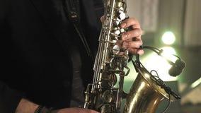 Παιχνίδι Saxophonist στο χρυσό saxophone Μουσική της Jazz απόθεμα βίντεο