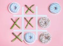Παιχνίδι toe Tik tak με τα συστατικά τροφίμων Διατροφή υγείας έννοιας Στοκ Εικόνες