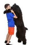 Παιχνίδια αγοριών με ένα σκυλί Στοκ φωτογραφία με δικαίωμα ελεύθερης χρήσης