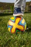 Παιχνίδια αγοριών με τη σφαίρα Στοκ εικόνα με δικαίωμα ελεύθερης χρήσης