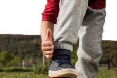 Παιχνίδια αγοριών με τη σφαίρα Στοκ φωτογραφίες με δικαίωμα ελεύθερης χρήσης