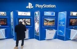 Παιχνίδια ατόμων στη Sony PlayStation 4 Στοκ Εικόνες