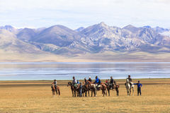 Παιχνίδια αλόγων στη λίμνη Kul τραγουδιού στο Κιργιστάν Στοκ εικόνα με δικαίωμα ελεύθερης χρήσης