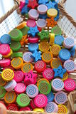 Παιχνίδια για τα παιδιά - ζωηρόχρωμες ξύλινες χάντρες Στοκ φωτογραφία με δικαίωμα ελεύθερης χρήσης