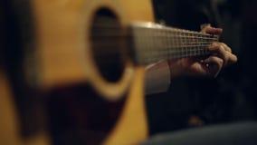 Παιχνίδια κιθαριστών στην κιθάρα απόθεμα βίντεο