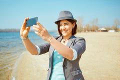 Παιχνίδια κοριτσιών στην παραλία θάλασσας Στοκ Φωτογραφίες