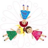 Παιχνίδια κουκλών κοριτσιών στο ζωηρόχρωμο φόρεμα Στοκ εικόνες με δικαίωμα ελεύθερης χρήσης