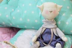 Παιχνίδια, μαξιλάρια και καλύμματα για το βρεφικό σταθμό Στοκ Εικόνες
