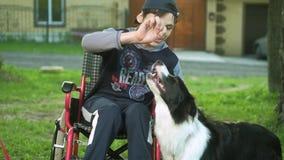 Παιχνίδια με ειδικές ανάγκες ατόμων με ένα σκυλί, θεραπεία canitis, θεραπεία ανικανότητας μέσω της κατάρτισης με ένα σκυλί, άτομο απόθεμα βίντεο