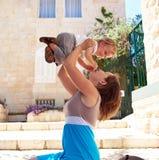 Παιχνίδια μητέρων με την λίγο παιδί μωρών υπαίθρια Στοκ Φωτογραφία