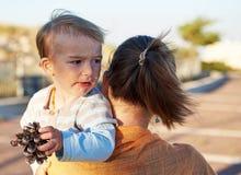 Παιχνίδια μητέρων με την λίγο παιδί μωρών υπαίθρια Στοκ φωτογραφίες με δικαίωμα ελεύθερης χρήσης