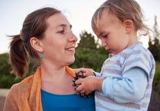Παιχνίδια μητέρων με την λίγο παιδί μωρών υπαίθρια Στοκ εικόνες με δικαίωμα ελεύθερης χρήσης