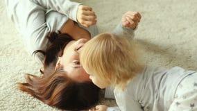 Παιχνίδια μητέρων με την κόρη στο πάτωμα απόθεμα βίντεο