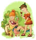 Παιχνίδια μικρών κοριτσιών με κούκλες Στοκ Εικόνες