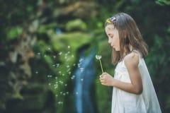 Παιχνίδια μικρών κοριτσιών με τα λουλούδια από έναν ποταμό Στοκ φωτογραφίες με δικαίωμα ελεύθερης χρήσης