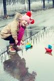 Παιχνίδια μικρών κοριτσιών με τα σκάφη εγγράφου Στοκ φωτογραφία με δικαίωμα ελεύθερης χρήσης