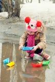 Παιχνίδια μικρών κοριτσιών με τα σκάφη εγγράφου Στοκ Εικόνες