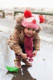 Παιχνίδια μικρών κοριτσιών με τα σκάφη εγγράφου Στοκ Φωτογραφία
