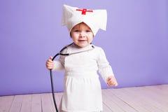 Παιχνίδια μικρών κοριτσιών στη νοσοκόμα νοσοκομείων Στοκ φωτογραφία με δικαίωμα ελεύθερης χρήσης