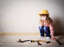 Παιχνίδια μικρών κοριτσιών στον οικοδόμο Στοκ εικόνα με δικαίωμα ελεύθερης χρήσης