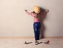 Παιχνίδια μικρών κοριτσιών στον οικοδόμο Στοκ φωτογραφίες με δικαίωμα ελεύθερης χρήσης