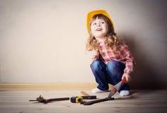 Παιχνίδια μικρών κοριτσιών στον οικοδόμο Στοκ Φωτογραφίες
