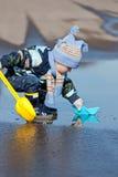 Παιχνίδια μικρών παιδιών με τα σκάφη εγγράφου Στοκ φωτογραφίες με δικαίωμα ελεύθερης χρήσης