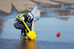 Παιχνίδια μικρών παιδιών με τα σκάφη εγγράφου Στοκ εικόνα με δικαίωμα ελεύθερης χρήσης