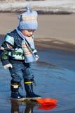 Παιχνίδια μικρών παιδιών με τα σκάφη εγγράφου Στοκ Φωτογραφίες