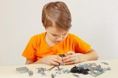 Παιχνίδια μικρών παιδιών με τη μηχανική εξάρτηση εκκινητών στον πίνακα Στοκ Εικόνες