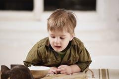 Παιχνίδια μικρών παιδιών σε έναν πίνακα Στοκ εικόνες με δικαίωμα ελεύθερης χρήσης