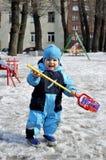 Παιχνίδια μικρών παιδιών στην παιδική χαρά στο wintertime με το παιχνίδι Στοκ φωτογραφίες με δικαίωμα ελεύθερης χρήσης