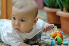 Παιχνίδια μωρών με τα παιχνίδια που βρίσκονται στο πάτωμα Στοκ φωτογραφία με δικαίωμα ελεύθερης χρήσης