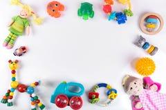 Παιχνίδια μωρών στο λευκό με το διάστημα αντιγράφων Τοπ όψη Στοκ Φωτογραφίες
