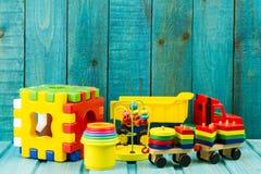 Παιχνίδια μωρών στο ξύλινο υπόβαθρο Στοκ εικόνες με δικαίωμα ελεύθερης χρήσης