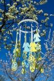 Παιχνίδια Πάσχας στο ανθίζοντας δέντρο Στοκ εικόνα με δικαίωμα ελεύθερης χρήσης