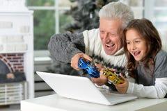 Παιχνίδια παππούδων και παιδιών playng Στοκ Εικόνες