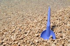 Παιχνίδια παραλιών - μπλε φτυάρι στην παραλία Στοκ Φωτογραφίες