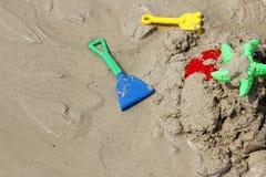 Παιχνίδια παραλιών των ζωηρόχρωμων παιδιών στην άμμο Στοκ Φωτογραφία